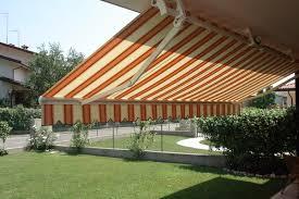 giardino con primo piano di tenda arancione e bianca