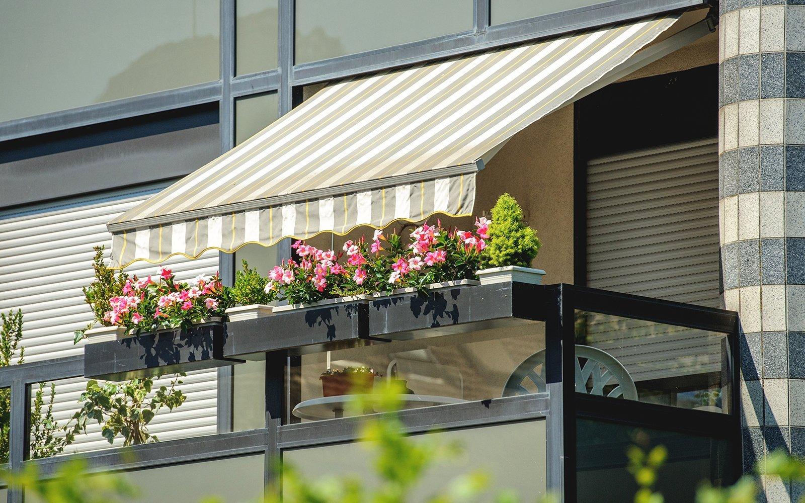 Balcone con tende aperte e bellissimi fiori