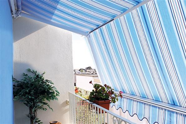 veranda con tenda da sole bianca e azzurra