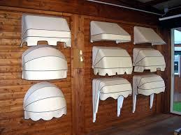 vari tipi di tende da sole bianche appesa ad un muro di legno