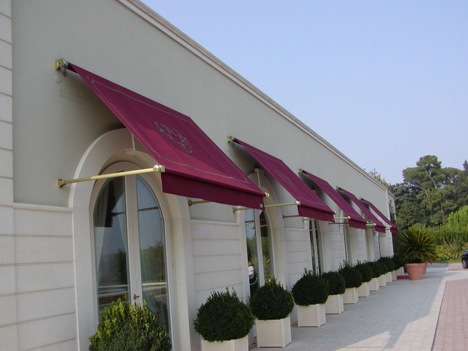 negozio con muro bianco e tende da sole bordeaux