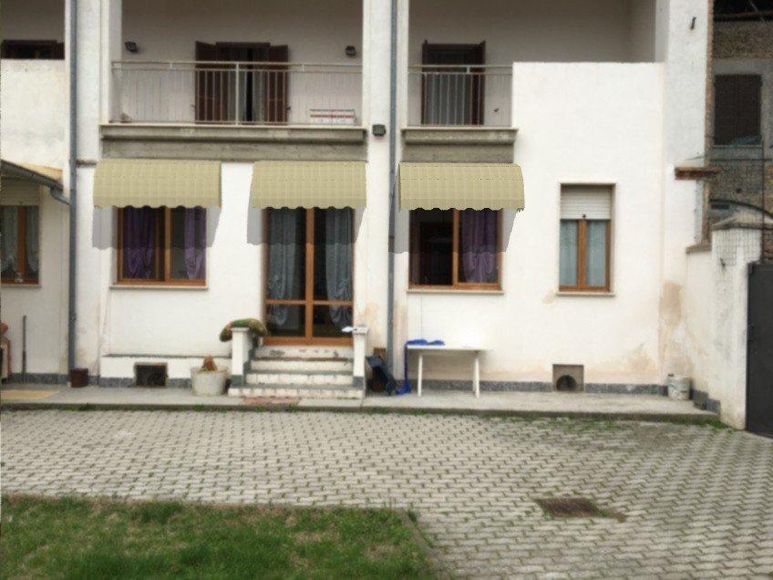 casa bianca con tende da sole bianche
