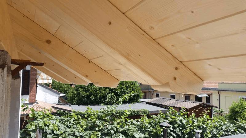 vista laterale di tetto in legno massello