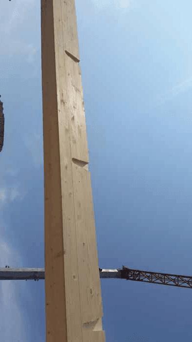 un pezzo di legno montaggio per soffitto