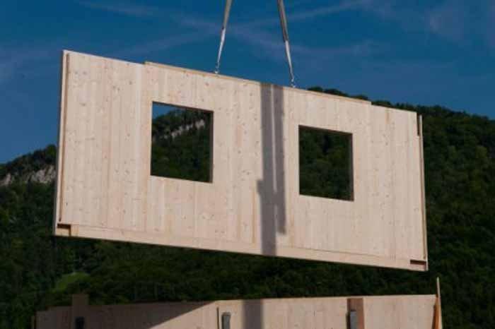 un pannello di legno a forma di finestre