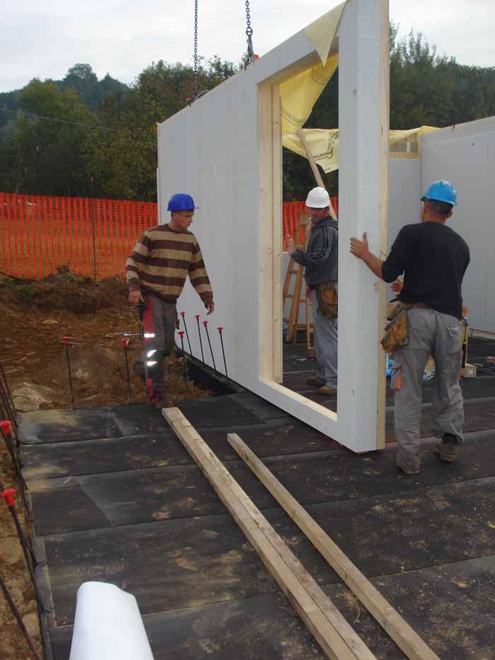 operai stanno lavorando per costruzione di un edificio in legno