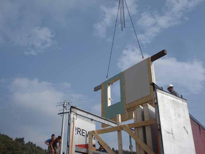 operaio montaggio pannelli di legno