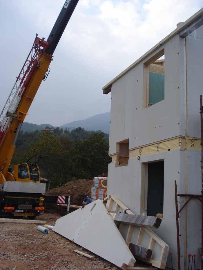 costruzione di un edificio in legno con gru