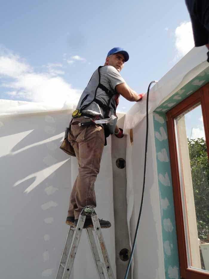 un ingegnere sta controllando in un costruzione di casa