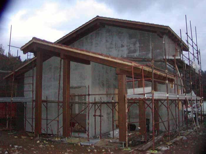 vista frontale di una casa in costruzione