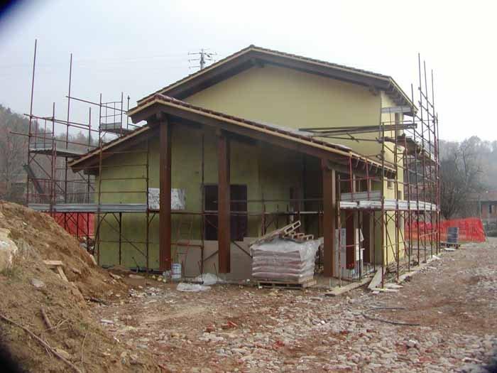 vista laterale di una casa in costruzione