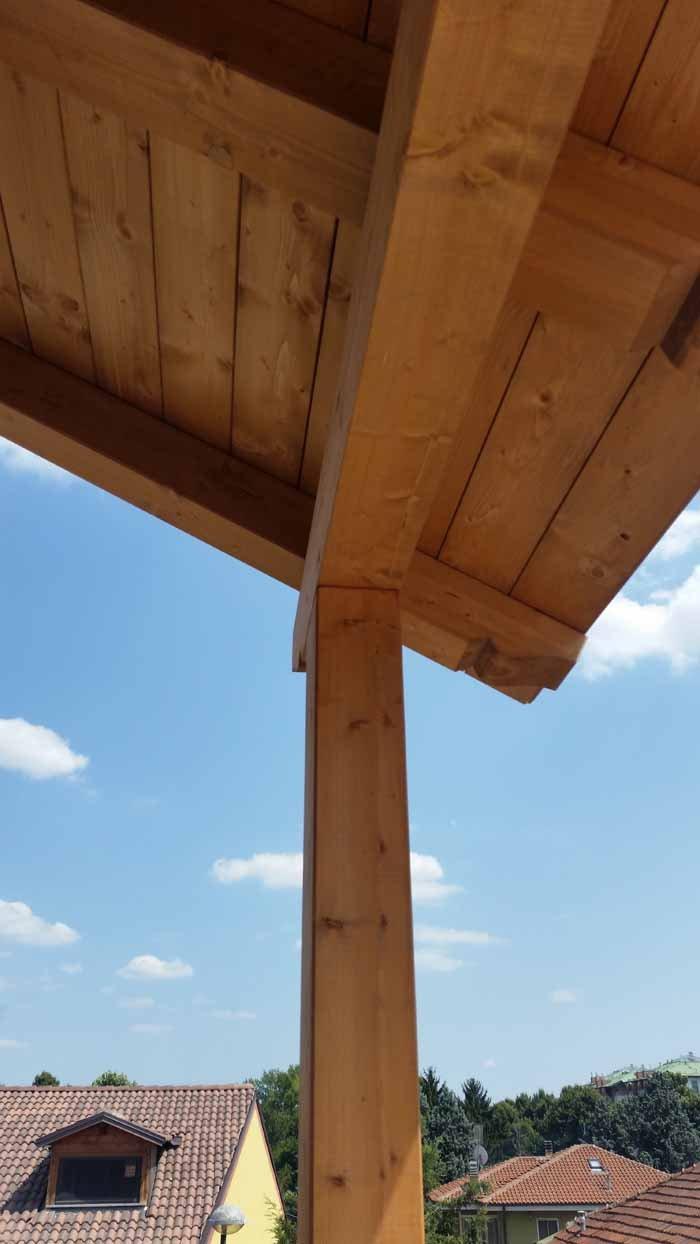 vista angolare di un soffitto in legno con gamba in legno
