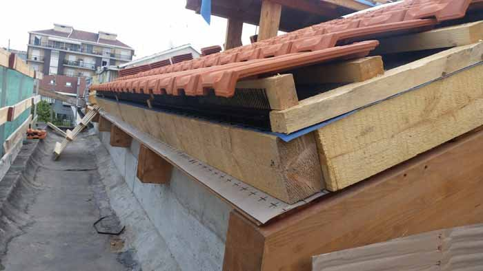 vista di sopra un terrazza con opere legno