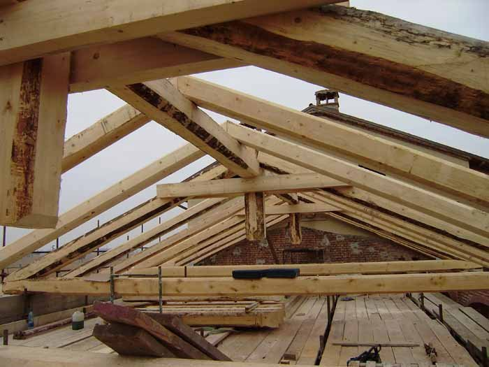 veduta di tetto in legno