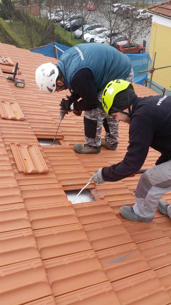 operai sta lavorando sul tetto di una casa