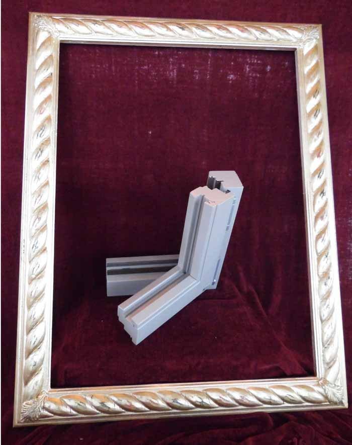 cornice con pezzo di infisso in plastica a forma di L rovesciata
