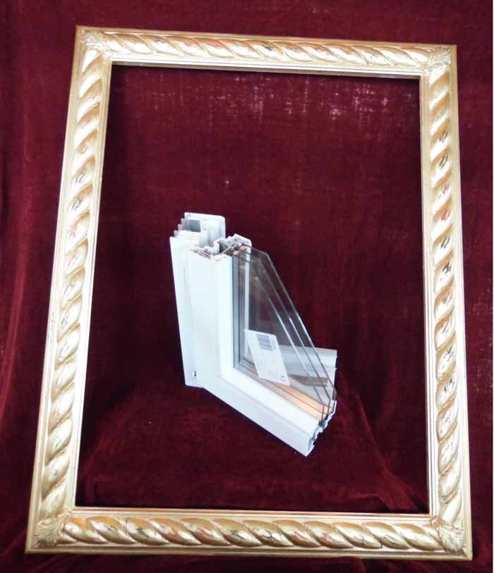 cornice con pezzo di infisso in plastica