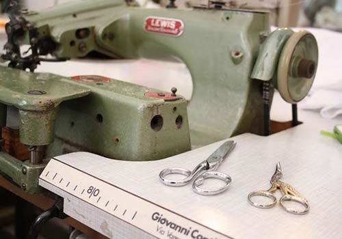 una macchina da cucire e delle forbici