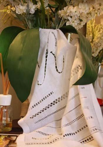 un vaso di fiori e un tessuto con dei ricami