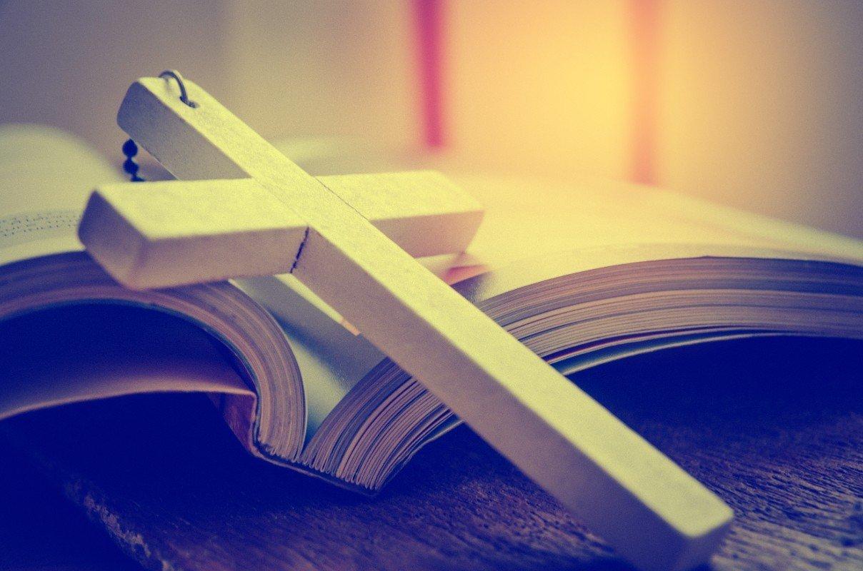 Una croce sopra una Bibbia aperta