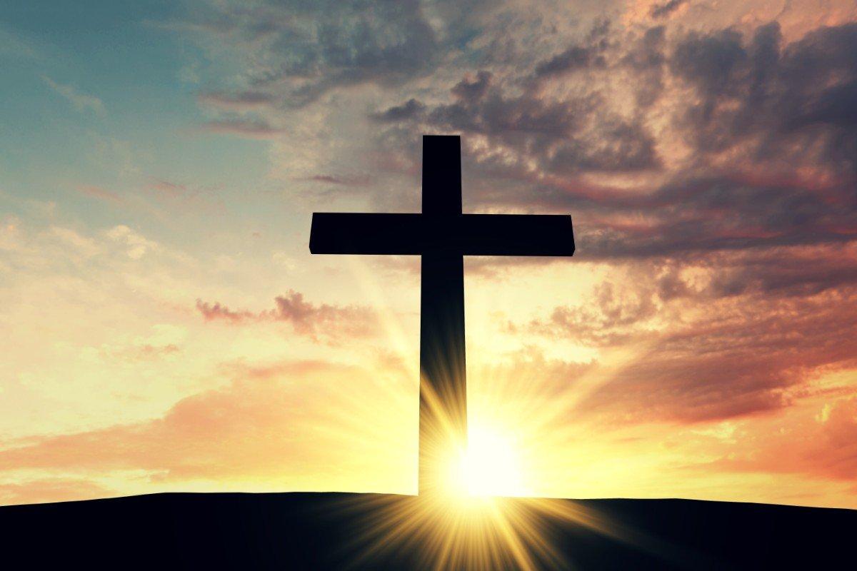 L'ombra di una croce contro la luce del tramonto
