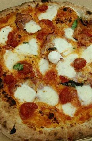 Pizza margherita con pomodorini e mozzarelline a Castel San Giorgio, SA