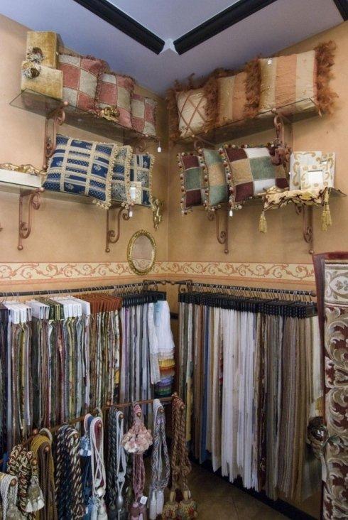 Alcuni cuscini decorati con tessuti personalizzati