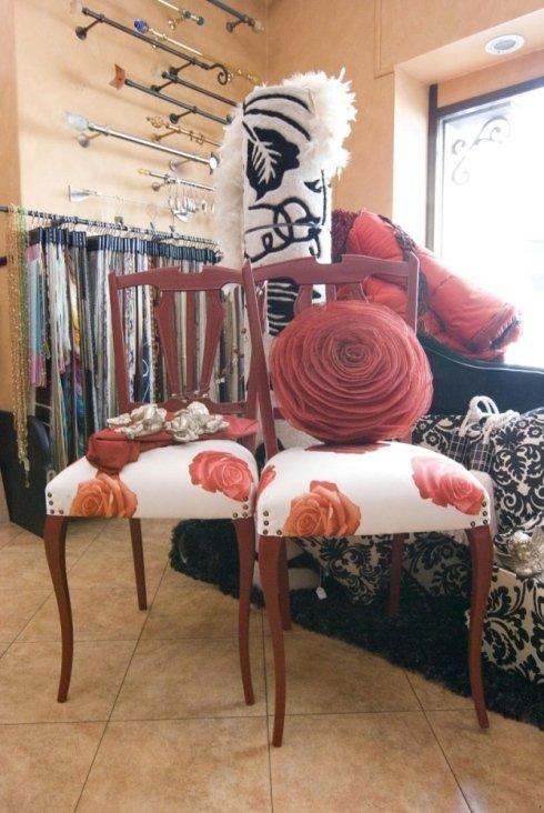 Il negozio prepara sedie con sedute in stoffa personalizzate