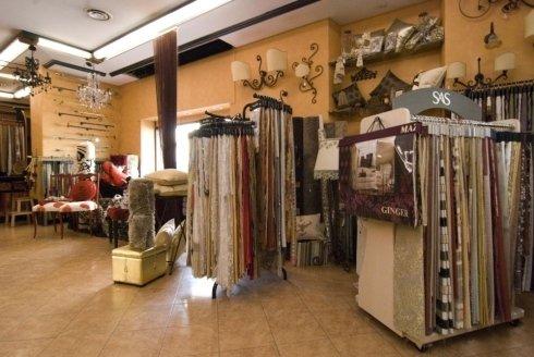 Alcuni dei tessuti messi in mostra nel negozio