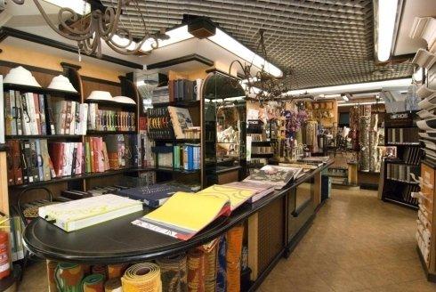 Il bancone con i cataloghi per selezionare le stoffe