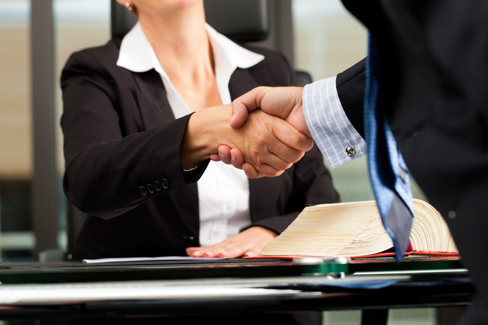 avvocato mentre stringe la mano a un cliente