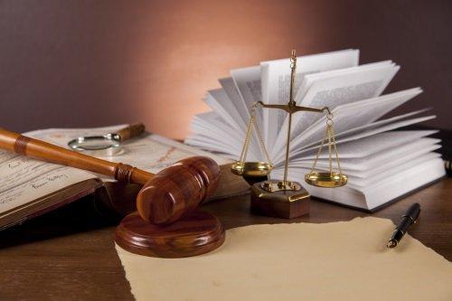 martello da giudice con bilancia e codice civile