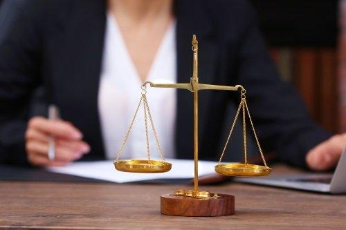 una bilancia simbolo della giustizia