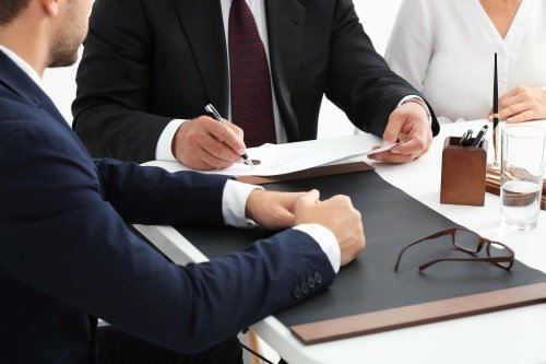 avvocato discute di un caso con i clienti