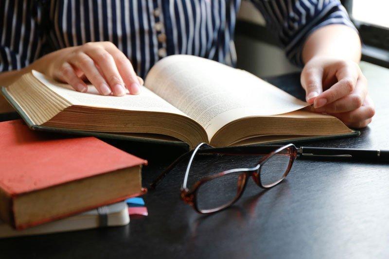 avvocato mentre consulta un libro