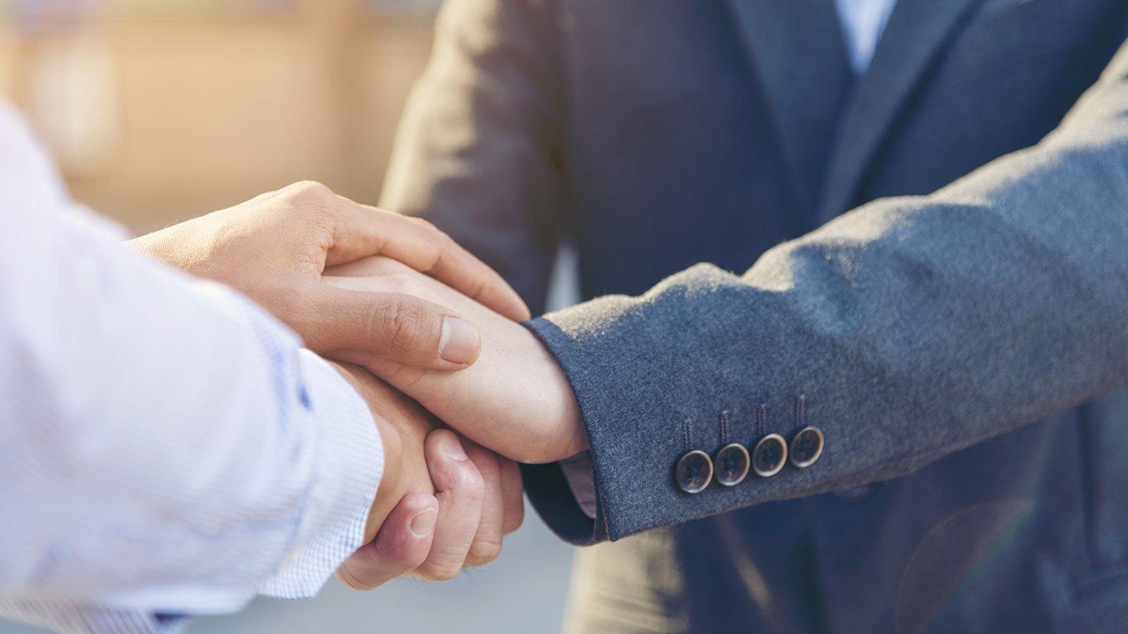 stratta di mano tra avvocato e cliente