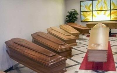 Diversi modelli di cassa funebre