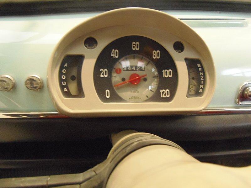 un tachimetro vintage restaurato