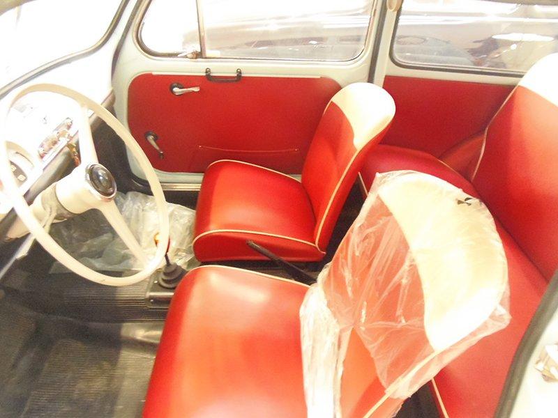 degli interni in pelle rossa di una macchina d'epoca