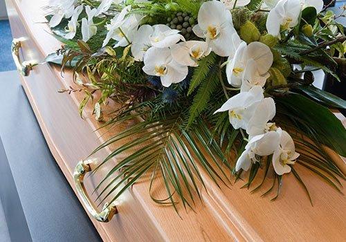 feretro decorato con corona di fiori