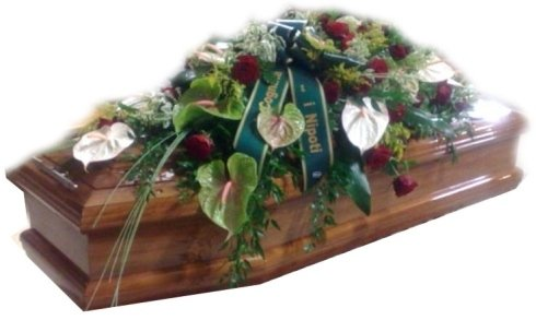 fiori sopra il cofano funerale