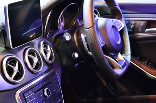 interno di un auto con navigatore