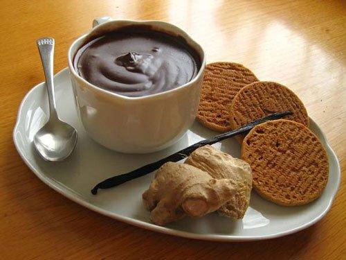 una tazza di cioccolato, dello zenzero e dei biscotti