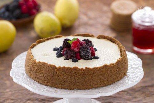 una torta con della panna e dei frutti di bosco