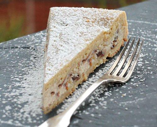 una fetta di torta con zucchero di velo