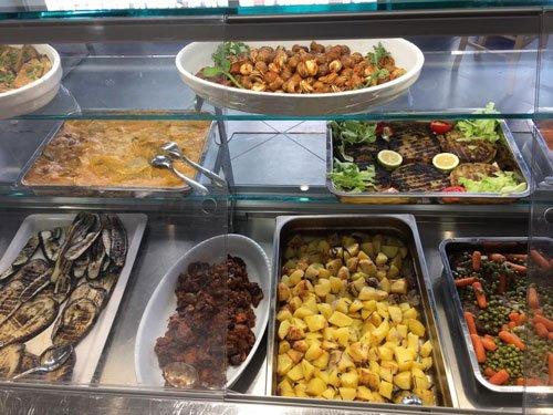 un buffet con delle verdure e altre specialità'