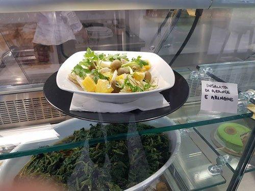 un piatto di insalata di arance e aringhe
