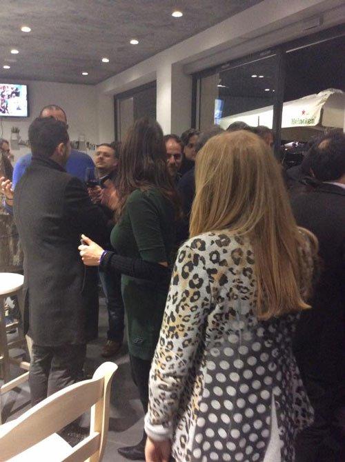 delle persone in piedi durante un evento nel ristorante