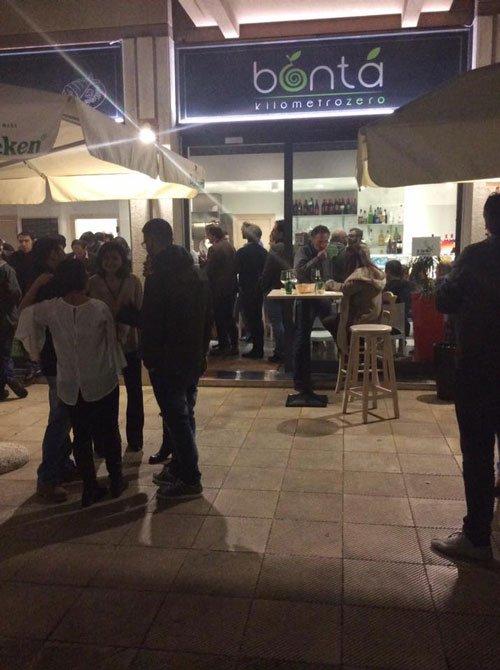 delle persone in piedi fuori dal ristorante Bonta' Kilometrozero
