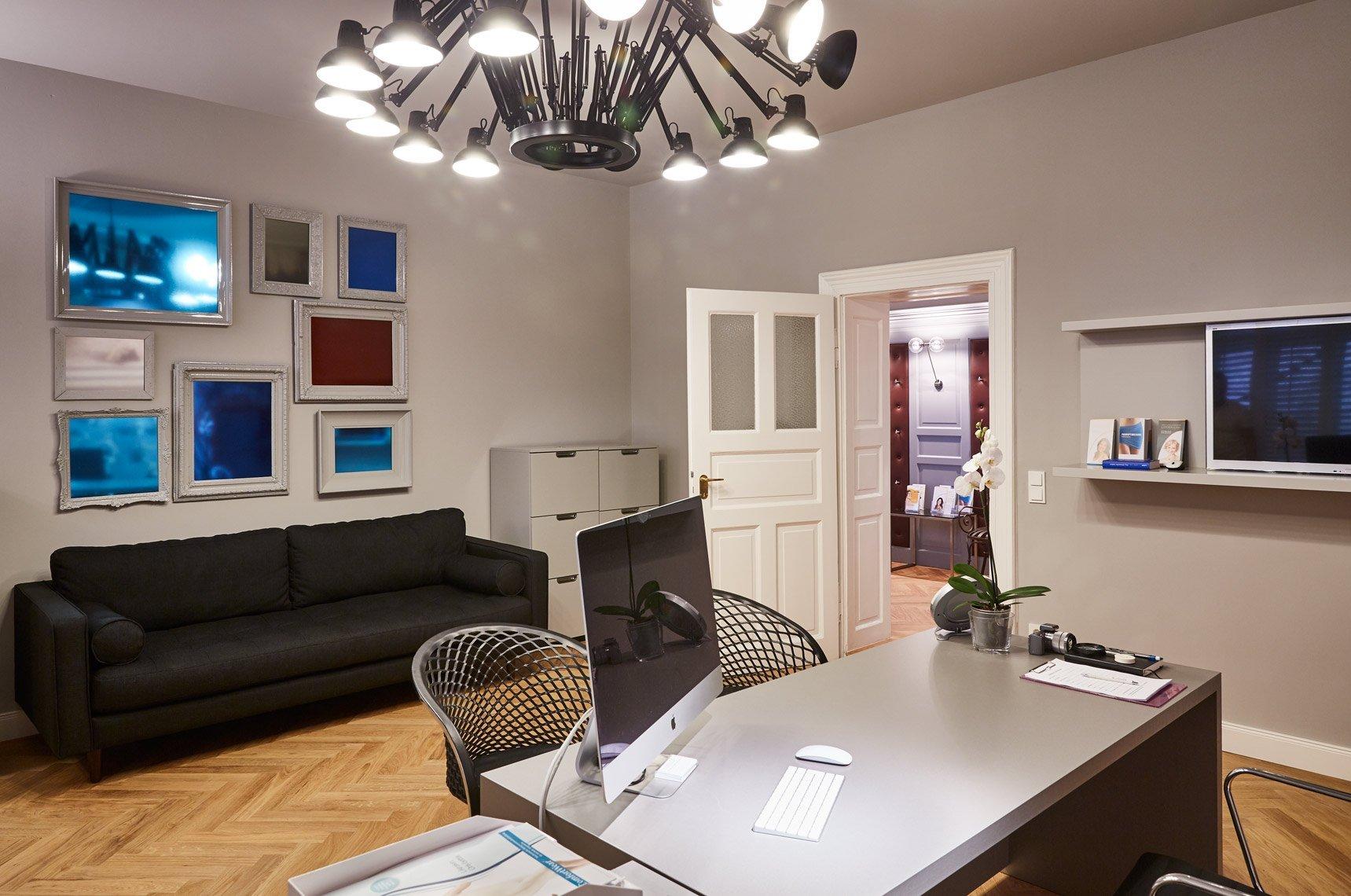 Ein Praxiszimmer der hochmodernen Fettabsaugungspraxis in München